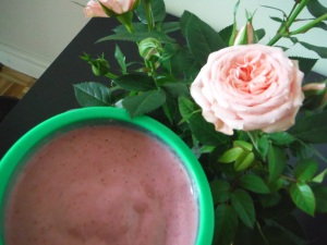 Is there anything better than drinking your morning smoothie next to roses? :)